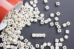 Palabra del IDEA formada por los bloques de madera del alfabeto ABC de madera Fotografía de archivo