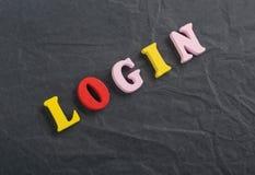 Palabra del INICIO DE SESIÓN en el fondo negro compuesto de letras de madera del ABC del bloque colorido del alfabeto, espacio de Imagenes de archivo