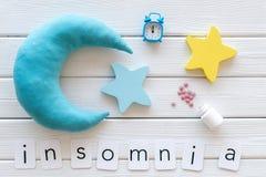 Palabra del insomnio, píldoras, luna, srars, alarma para la ayuda a bajar concepto dormido en la opinión de top de madera blanca  fotos de archivo