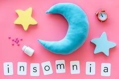 Palabra del insomnio, píldoras, luna, srars, alarma para la ayuda a bajar concepto dormido en la opinión superior del fondo del r fotos de archivo libres de regalías