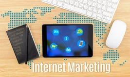 Palabra del márketing de Internet con la tableta, el teclado y el cuaderno negro Imagen de archivo