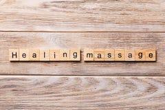 Palabra del masaje de la cura escrita en el bloque de madera texto del masaje de la cura en la tabla de madera para su desing, co foto de archivo libre de regalías