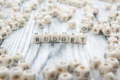 Palabra del presupuesto escrita en el bloque de madera ABC de madera Imágenes de archivo libres de regalías