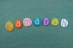 Palabra del Ramadán, día de fiesta islámico compuesto con las piedras coloreadas multi libre illustration