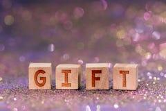 Palabra del regalo en los cubos de madera imagenes de archivo
