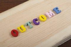 Palabra del RESULTADO en el fondo de madera compuesto de letras de madera del ABC del bloque colorido del alfabeto, espacio de la Imagenes de archivo