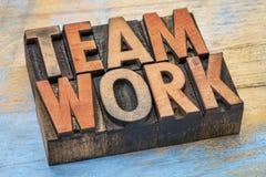 Palabra del trabajo en equipo en el tipo de madera Imagenes de archivo