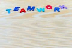 Palabra del TRABAJO EN EQUIPO escrita en el fondo de madera Fotos de archivo libres de regalías