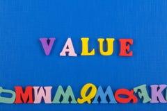Palabra del VALOR en el fondo azul compuesto de letras de madera del ABC del bloque colorido del alfabeto, espacio de la copia pa Fotografía de archivo libre de regalías