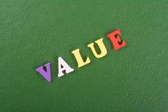Palabra del VALOR en el fondo verde compuesto de letras de madera del ABC del bloque colorido del alfabeto, espacio de la copia p Imagen de archivo