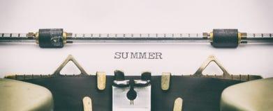 Palabra del verano con mayúsculas en la hoja blanca Fotografía de archivo