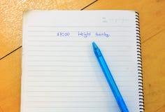 Palabra en el cuaderno, pluma en el fondo de madera Imagen de archivo