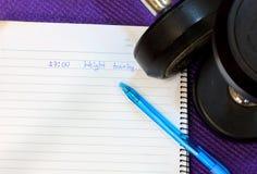 Palabra en el cuaderno, pluma, pesa de gimnasia en fondo de la estera Imágenes de archivo libres de regalías