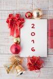 palabra 2016 en la caja del cuaderno y de regalo de la Navidad con las decoraciones Imagen de archivo