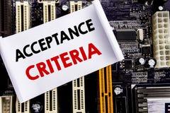 Palabra, escribiendo criterios de aceptación Concepto del negocio para el criterio de Digitaces escrito en la nota pegajosa, fond Fotografía de archivo libre de regalías