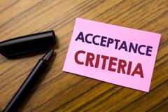 Palabra, escribiendo criterios de aceptación Concepto del negocio para el criterio de Digitaces escrito en el papel rojo de la no Imagen de archivo