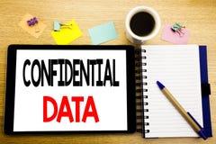 Palabra, escribiendo datos confidenciales Concepto del negocio para la protección secreta escrita en el ordenador portátil de la  Fotos de archivo libres de regalías