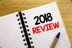 Palabra, escribiendo a 2018 el comentario Concepto del negocio para las obsevaciones sobre el progreso escrito en la libreta con  Fotografía de archivo libre de regalías