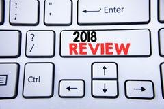 Palabra, escribiendo a 2018 el comentario Concepto del negocio para las obsevaciones sobre el progreso escrito en la llave de tec Imagen de archivo libre de regalías