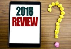 Palabra, escribiendo a 2018 el comentario Concepto del negocio para las obsevaciones sobre el progreso escrito en la tableta, fon Fotografía de archivo