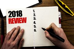 Palabra, escribiendo a 2018 el comentario Concepto del negocio para las obsevaciones sobre el progreso escrito en el libro, fondo Fotos de archivo