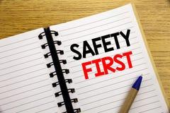 Palabra, escribiendo el concepto del negocio de la seguridad primero para la advertencia segura escrita en la libreta con el espa Imágenes de archivo libres de regalías