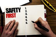 Palabra, escribiendo el concepto del negocio de la seguridad primero para la advertencia segura escrita en el libro, fondo de mad Imagenes de archivo