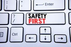 Palabra, escribiendo el concepto del negocio de la seguridad primero para la advertencia segura escrita en la llave de teclado bl Fotos de archivo