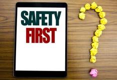 Palabra, escribiendo el concepto del negocio de la seguridad primero para la advertencia segura escrita en la tableta, fondo de m Imágenes de archivo libres de regalías