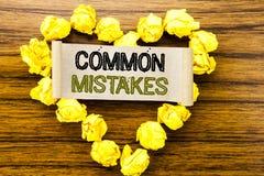 Palabra, escribiendo errores comunes Concepto del negocio para el concepto común escrito en el documento de nota pegajoso sobre e Fotos de archivo libres de regalías