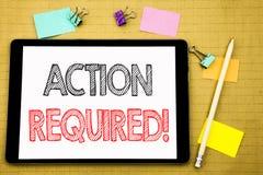 Palabra, escribiendo la acción requerida Concepto del negocio para urgente inmediato escrito en el ordenador portátil de la table Fotos de archivo libres de regalías