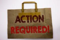 Palabra, escribiendo la acción requerida El concepto para urgente inmediato escrito en el panier, blanco del negocio aisló el fon Fotografía de archivo