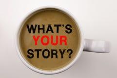 Palabra, escribiendo la pregunta cuál es su texto de la historia en café en el concepto del negocio de la taza para la experienci imagen de archivo