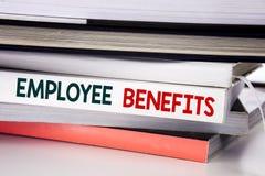 Palabra, escribiendo ventajas de empleado Concepto del negocio para la carrera de la remuneración escrita en el libro en el fondo imagenes de archivo