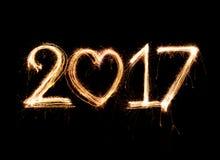 palabra 2017 escrita con el fuego artificial de la chispa Fotografía de archivo libre de regalías