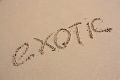 Palabra EXÓTICA en la playa Foto de archivo libre de regalías