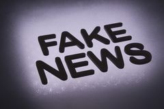 palabra ' falsificación news' imagenes de archivo
