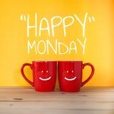 Palabra feliz de lunes Dos tazas de café Foto de archivo