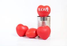 Palabra feliz del día de tarjetas del día de San Valentín en corazones en lata en el fondo blanco, V Foto de archivo libre de regalías