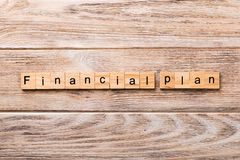 Palabra financiera del plan escrita en el bloque de madera texto financiero del plan en la tabla de madera para su desing, concep fotografía de archivo libre de regalías