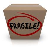 Palabra frágil escrita en artículo delicado del movimiento del embalaje de la caja de cartón Imagen de archivo