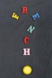Palabra FRANCESA en el fondo negro compuesto de letras de madera del ABC del bloque colorido del alfabeto, espacio del tablero de Fotos de archivo libres de regalías