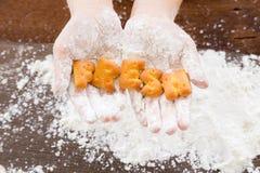 Palabra FRESCA del alfabeto de las galletas de la galleta en las manos del niño Foto de archivo libre de regalías