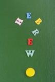 Palabra HEBREA en el fondo verde compuesto de letras de madera del ABC del bloque colorido del alfabeto, espacio de la copia para Imágenes de archivo libres de regalías