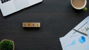Palabra hecha de cubos, asignación de la inversión del dinero para recibir la ventaja en futuro almacen de metraje de vídeo