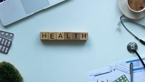 Palabra hecha de cubos en la tabla de los doctores, tratamiento de la enfermedad, diagnósticos de la atención sanitaria almacen de metraje de vídeo