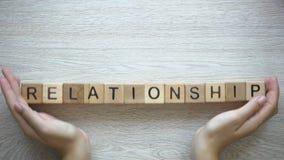 Palabra hecha por las manos femeninas, interacción de la relación de la gente de amor, familia metrajes