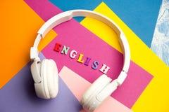 Palabra inglesa compuesta de letras de madera del ABC del bloque colorido del alfabeto, espacio de la copia para el texto del anu Imagen de archivo