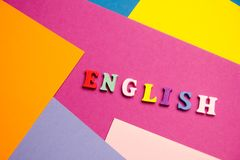 Palabra inglesa compuesta de letras de madera del ABC del bloque colorido del alfabeto, espacio de la copia para el texto del anu Imagen de archivo libre de regalías