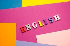 Palabra inglesa compuesta de letras de madera del ABC del bloque colorido del alfabeto, espacio de la copia para el texto del anu Fotografía de archivo